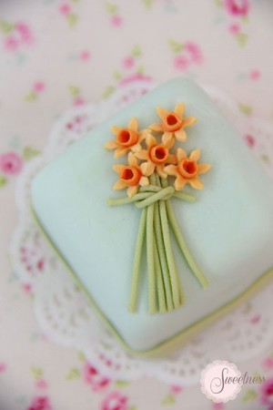 Wedding mini cakes London, Daffodil mini cake