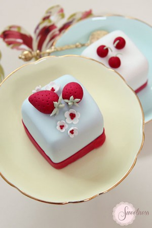 Strawberry mini cakes, cherry mini cakes