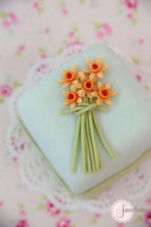 Wedding mini cakes London, Daffodil mini cake