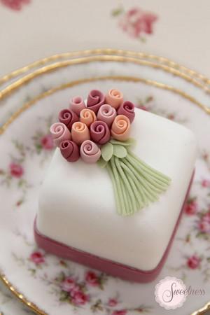 Rose mini cakes, mini cakes london, wedding cakes London