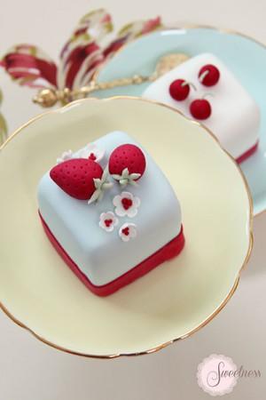 Strawberry mini cakes, cherry mini cakes